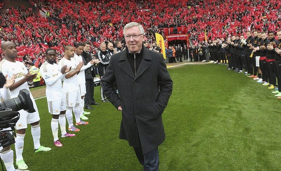 Terakhir-kali-Ferguson-diberi-penjaga-kehormatan-saat-ia-datang-ke-lapangan-di-Old-Trafford-untuk-terakhir-kalinya-sebagai-manajer