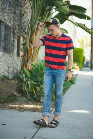 padukan sepatu sandal jenis cross over strap dengan tees simple dan jeans akan membuat tampilan kalian tetap terlihat stylist