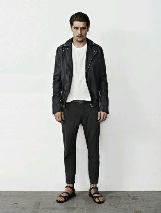 untuk hangout padukan sepatu sandal jenis gladiator dengan leather jacket dan cropped pants