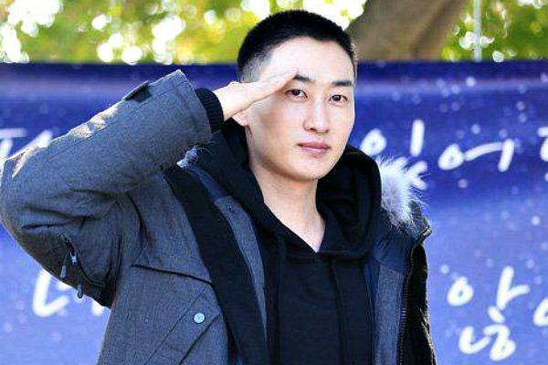 Eunhyuk berpamitan untuk mengikuti wamil