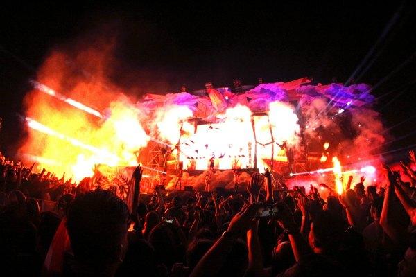 Puluhan ribu partygoers antusias menyaksikan penampilan Axwell ^ Ingrosso di DWP 2015