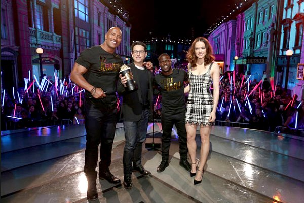 Radio Anak Muda_Dwayne Johnson dan Kevin Hart bersama director/producer J.J. Abrams dan Daisy Ridley, menerima penghargaan Movie of the Year untuk Star Wars: The Force Awakens di Warner Bros. Studios pada 9 April 2016, Burbank, California | cbsnews.com