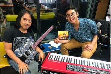 Dewa Budjana dan Ardhito Pramono di radio anak muda Trax FM