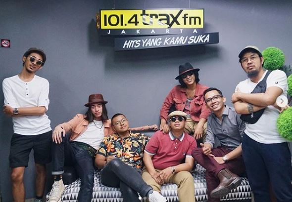 Sisitipsi main ke Trax FM