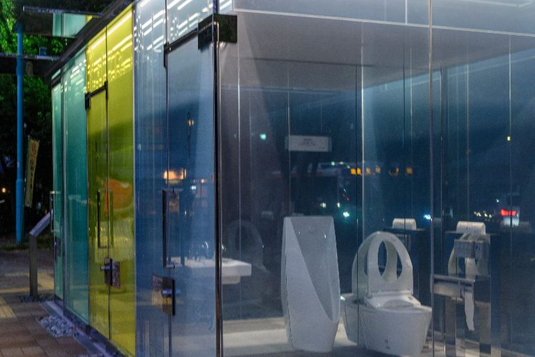 Toilet Transparan Di Taman Kota